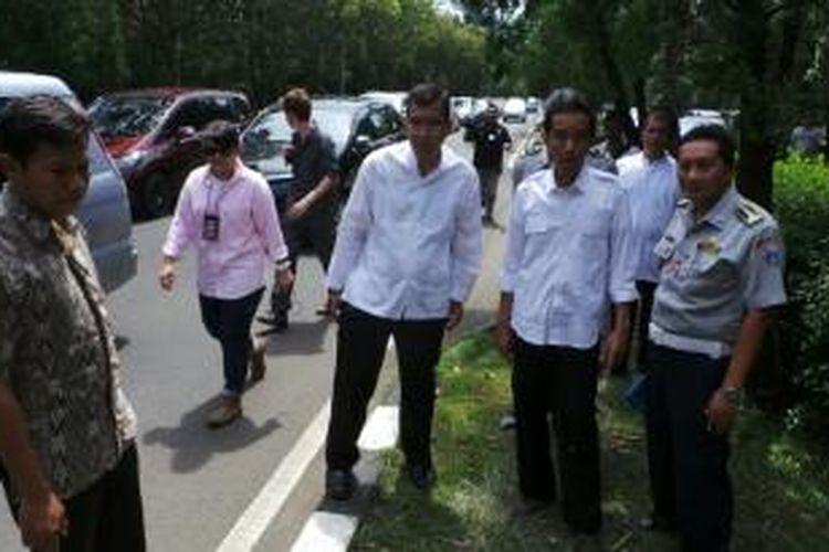 Gubernur DKI Jakarta Joko Widodo meninjau Jalan Kokodor Halim Perdanakusuma, Jakarta Timur, Jumat (10/1/2014). Jokowi berencana memperlebar jalan itu menyusul dijadikannya bandara Halim menjadi bandara komersial.
