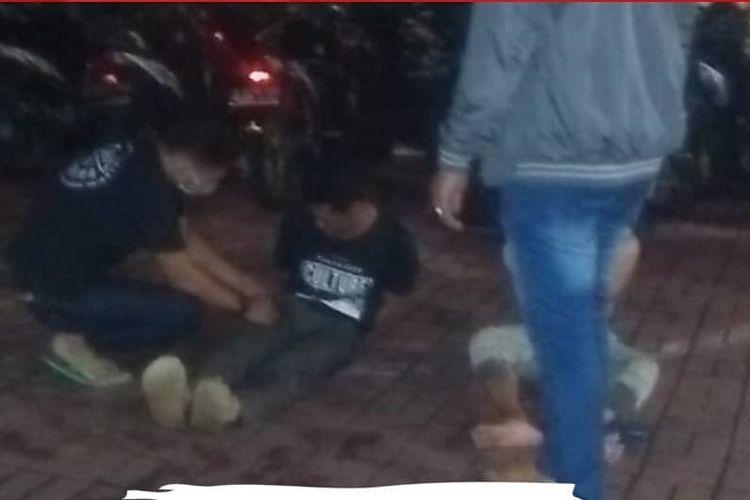 Tangkapan layar akun instagram @wargajakarta.id, sejumlah pengemudi ojeg online (ojol) menangkap dua pria pembawa senjata tajam (sajam) yang diduga merupakan pelaku begal pada Selasa (9/2/2021).