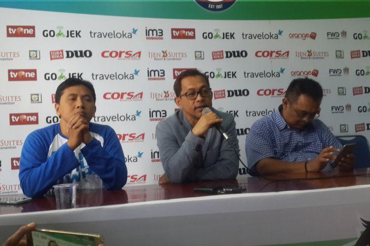 Aji Santoso (tengah) bersama General Manajer Arema FC Ruddy Widodo (kanan) saat konferensi pers pengunduran dirinya sebagai pelatih Arema FC di Kantor Arema FC, Senin (31/7/2017).