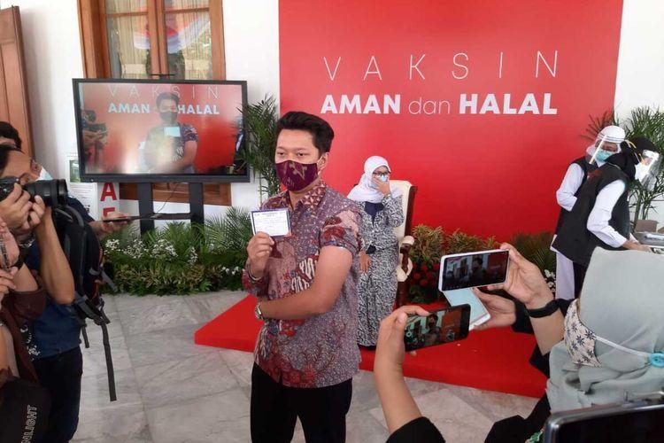 Youtuber Bayu Skak disuntik vaksin di Gedung Negara Grahadi Surabaya, Kamis (14//1/2021).