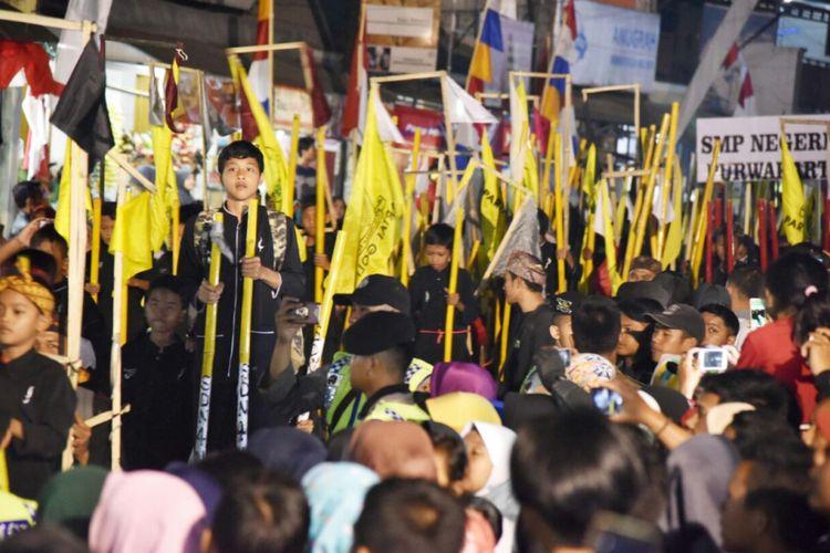 Pemerintah Purwakarta menggelar Festival Panji Demokrasi berbentuk pawai egrang di Kecamatan Wanayasa, Purwakarta, Jumat (19/8/2017)