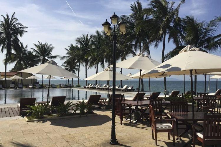 Tempat bersantai di pinggir pantai yang terlihat sepi akan wisatawan asing yang biasanya memenuhi tempat tersebut, Hoi An, Vietnam.