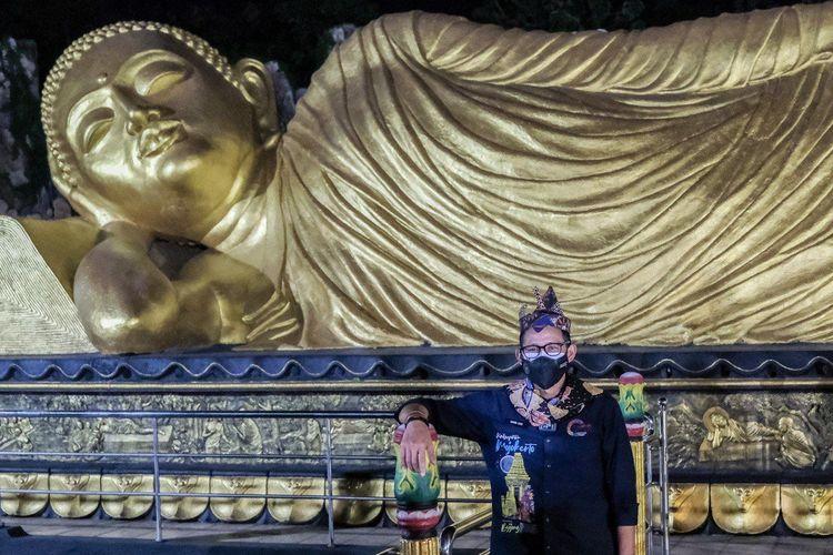 Menteri Pariwisata dan Ekonomi Kreatif Sandiaga Uno saat mengunjungi Patung Buddha Tidur raksasa di Desa Wisata Majapahit Bejijong di Trowulan, Mojokerto, Jawa Timur, pada Rabu (15/9/2021).