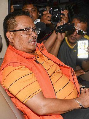 Bupati Indramayu Supendi menaiki kendaraan usai menjalani pemeriksaan di gedung KPK Jakarta, Rabu (16/10/2019). KPK menetapkan Supendi serta tiga orang lainnya, yakni Kepala Dinas PUPR Kabupaten Indramayu Omarsyah, Kepala Bidang Jalan Dinas PUPR Wempy Triyono dan kontraktor Carsa sebagai tersangka dalam dugaan suap proyek Dinas PUPR Indramayu dengan mengamankan barang bukti Rp685 juta dan satu unit sepeda lipat.