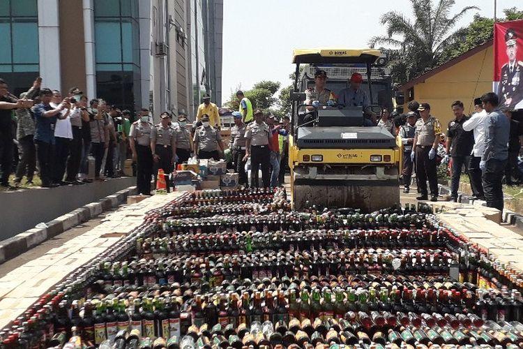 Polres Tangerang Selatan memusnahkan 6.000 botol miras oplosan di halaman kantor yang terletak di Serpong, Tangerang Selatan pada Jumat (13/4/2018).