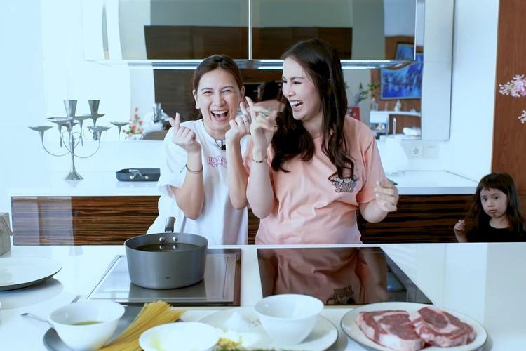 Momo eks Geisha dan Jennifer Arnelita.