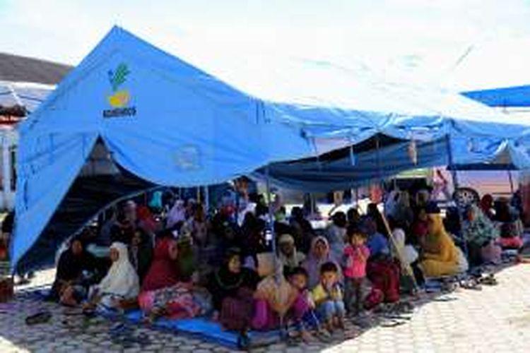 Warga korban gempa mengungsi sementara di Masjid Jami Al-Istiqamah Rhieng di Kecamatan Meureudu, Kabupaten Pidie jaya, Aceh, Kamis, (8/12/2016). Gempa-gempa susulan yang masih terjadi sejak kemarin membuat seluruh warga yang menetap di Kabupaten Pidie Jaya memanfaatkan masjid sebagai tempat tinggal sementara.