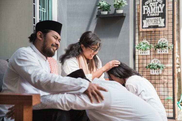 Ilustrasi anak sungkem kepada orang tua saat Idul Fitri atau Lebaran.