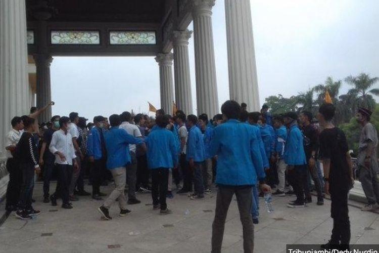 Demo mahasiswa mendesak pemerintah segera atasi bencana karhutla di Kantor Gubernur Jambi, Rabu (25/9/2019).