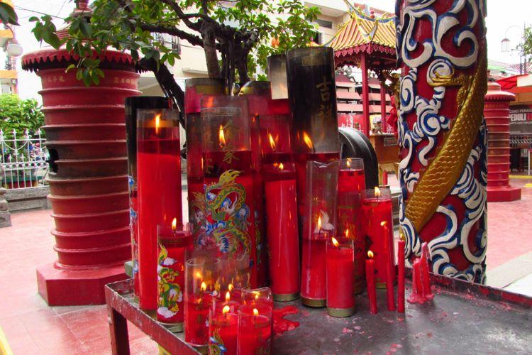 Tampak beberapa lilin-lilin umat yang dibubuhi nama di Klenteng Boen Tek Bio, Tangerang, Banten.