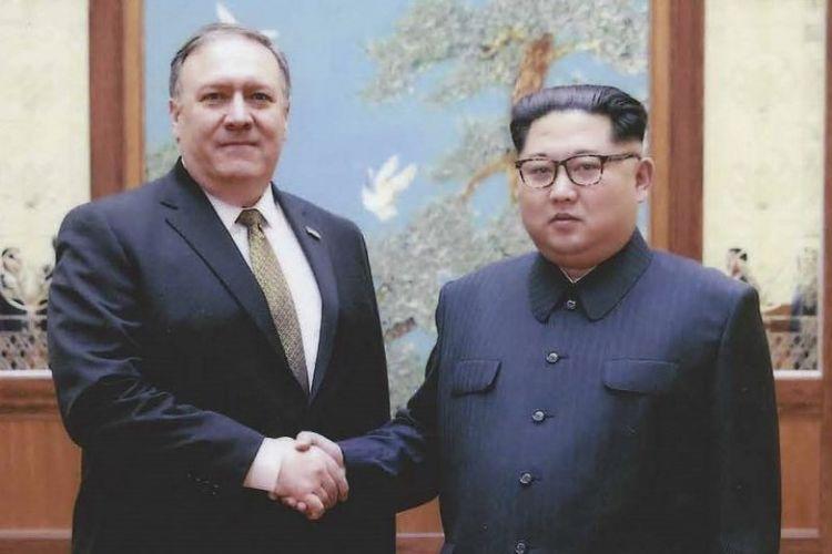 Pemerintah AS merilis foto ini pada Kamis (26/4/2018) menunjukkan pemimpin Korea Utara Kim Jong Un bersalaman dengan mantan Direktur CIA, sekarang Menteri Luar Negeri AS, Mike Pompeo di Pyongyang selama akhir pekan Paskah 2018. (AFP/Pemerintah AS)