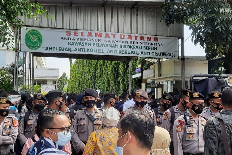 Suasana di depan Pengadilan Negeri (PN) Jakarta Timur menjelang sidang Rizieq Shihab, 12 April 2021 lalu.