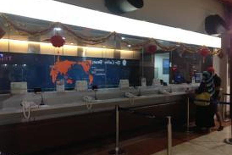Dua orang penumpang sedang melakukan reservasi tiket secara online melalui fasilitas komputer yan disediakan maskapai Garuda Indonesia di Terminal 2 Bandara Soekarno-Hatta, Minggu (1/3/2015).
