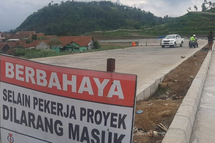 Pembangunan ruas Tol Cisumdawu sudah mencapai wilayah Cimalaka, Sumedang, Jawa Barat, Senin (6/1/2020). Ditargetkan pembebasan lahan rampung akhir Juni 2020 ini.