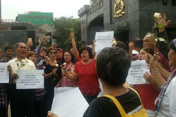 Pendukung Ahok menggelar aksi di depan Mako Brimob, Rabu (10/5/2017).