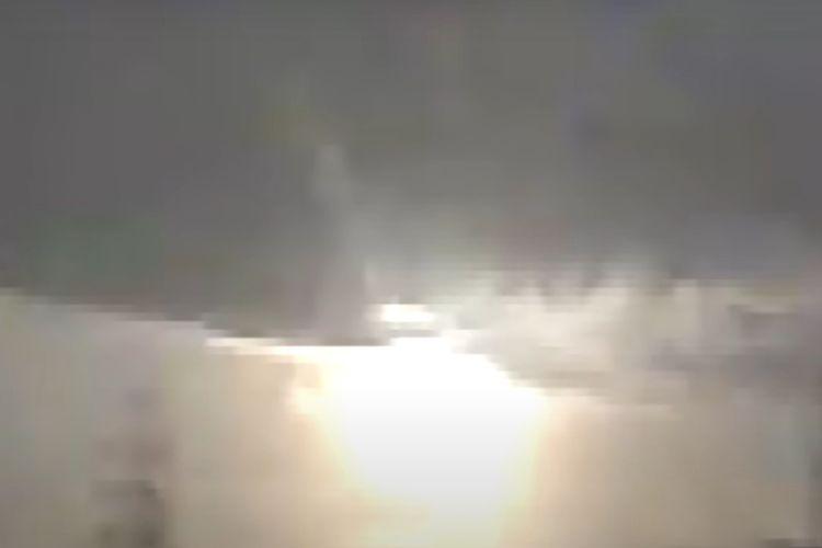 Tangkapan layar dari video meteor yang meledak di langit Jepang pada Minggu dini hari (30/11/2020).