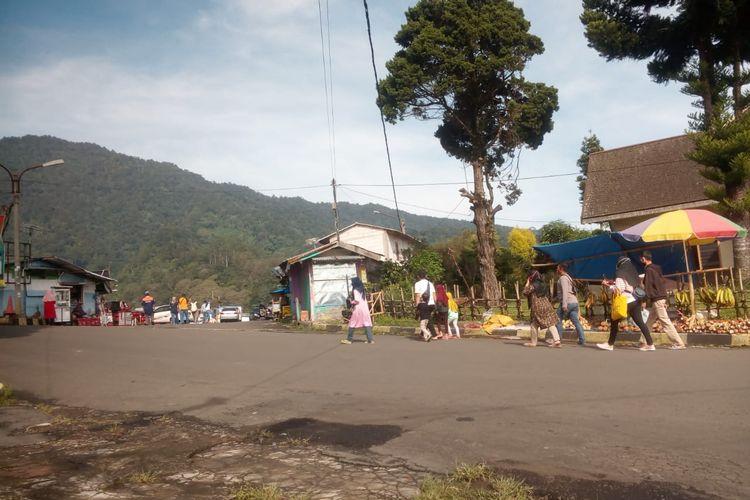 Sejumlah wisatawan mulai mengunjungi Kebun Raya Cibodas Cianjur, Jawa Barat, pada hari kedua libur panjang cuti bersama, Kamis (29/10/2020).