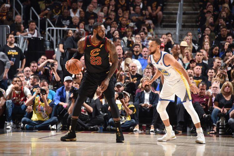 Stephen Curry mengawal LeBron James pada laga final NBA 2018 di Quickens Loans Arena, 8 Juni 2018.