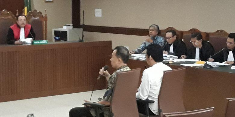 Kepala Cabang Bank Mandiri Jakarta Pertamina, Syahrial Imbar dan Roby Adrian Pondiu bersaksi di Pengadilan Tipikor Jakarta, Senin (5/2/2018).