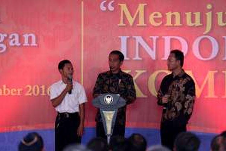 Salah satu peserta magang (kiri), Presiden Republik Indonesia, Joko Widodo (tengah) dan Direktur urusan eksternal PT HM. Sampoerna Tbk, Yos Ginting saat Deklarasi Pemagangan Nasional Menuju Indonesia Kompeten di Karawang, Jawa Barat, Jumat (23/12/2016).