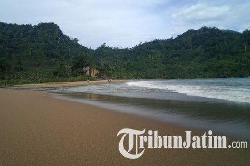 Wisata Pantai Sipelot Malang, Ada Air Terjun di Tepi Pantai