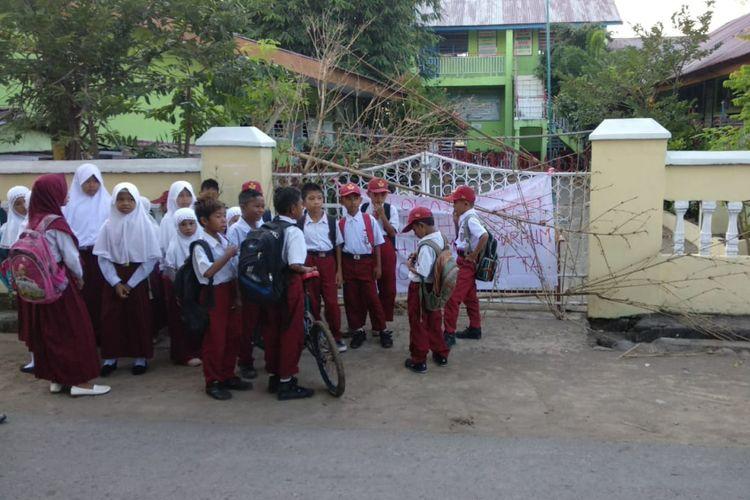 Puluhan murid SD di Kabupaten Takalar, Sulawesi Selatan terlantar setelah sekolahnya disegel terkait sengketa lahan. Senin, (16/7/2018).
