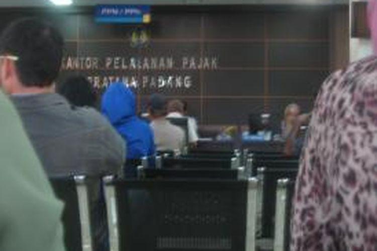 Wajib pajak menanti giliran pembayaran pajak di Kantor Pelayanan Pajak (KPP) Pratama Padang, Sumatra Barat pada Rabu (11/3/2015). Pada 2015, kata Kepala KPP Padang Budi Gunawan, pihaknya membidik target perolehan pajak hingga Rp 4 triliun.