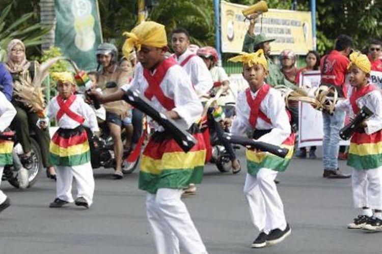 Para peserta kirab budaya bersiap-siap di lapangan Ngara Lamo, Ternate, Maluku Utara, Senin (14/4/2014). Kirab tersebut merupakan bagian dari Festival Legu Gam ke-13 yang berlangsung hingga 26 April. Festival menampilkan berbagai kegiatan lainnya seperti fashion street dan jelajah Samudera Kie Raha, yang sekaligus menjadi perayaan hari ulang tahun ke-79 Sultan Ternate.