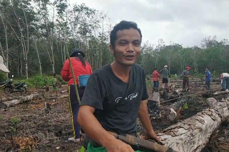 Fransiskus Suseno, Peladang di Kampung Ongko Asa, Kutai Barat, Kaltim saat masa tanam padi di ladang milik seorang peladang, September 2020.