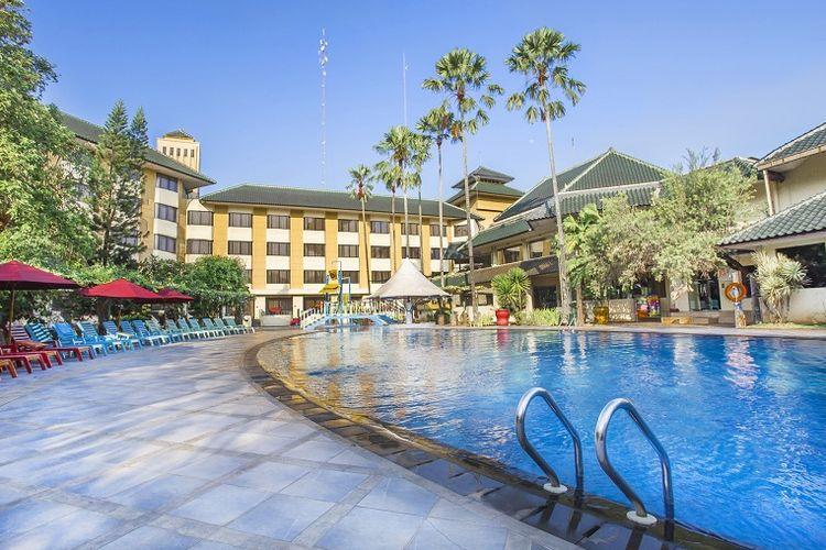 Kolam renang di Prime Plaza Hotel Purwakarta