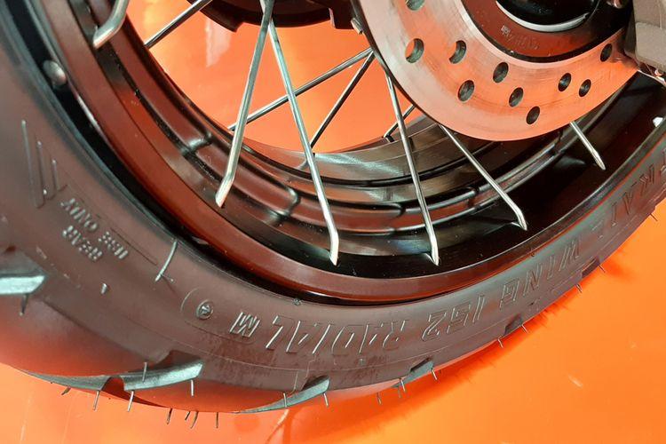 Pelek Honda X-ADV memiliki desain khusus untuk ban tubeless.