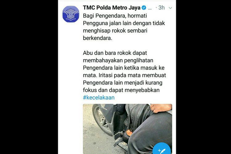 Imbauan TMC Polda Metro Jaya yang melarang berkendara sambil merokok. Perilaku ini sebenarnya dilarang karena dapat membahayakan pengendara lainnya.