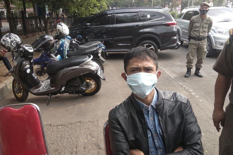 Boni Hamzali usai menjalani sidang tipiring di Alun-alun, Kota Serang, Banten. Penjaga toilet itu memilih dipenjara satu hari karena tak punya uang untuk membayar denda Rp100 ribu