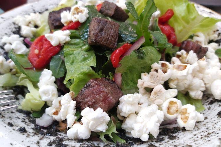 Basque Country adalah sebuah daerah di Spanyol yang sangat populer di kalangan pecinta kuliner. Salah satu hidangan ala Basque yaitu Beef Striploin Salad.