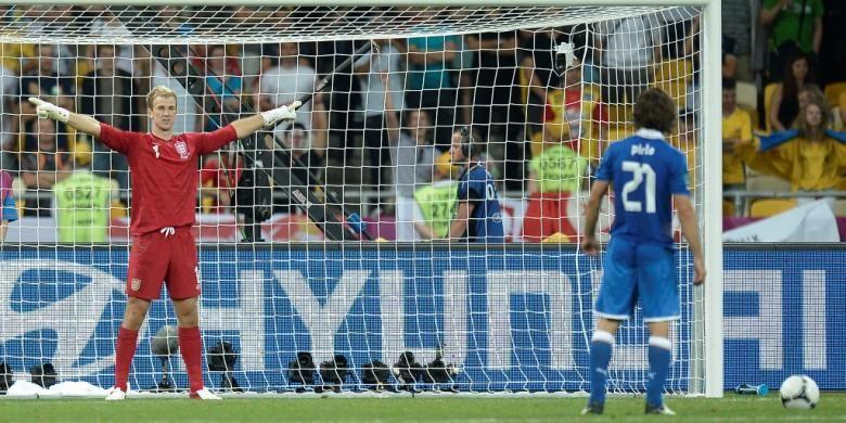 Joe Hart (kiri) dan Andrea Pirlo berduel dalam adu penalti saat Inggris melawan Italia pada perempat final Piala Eropa 2012 di Stadion Olympic, Kiev.