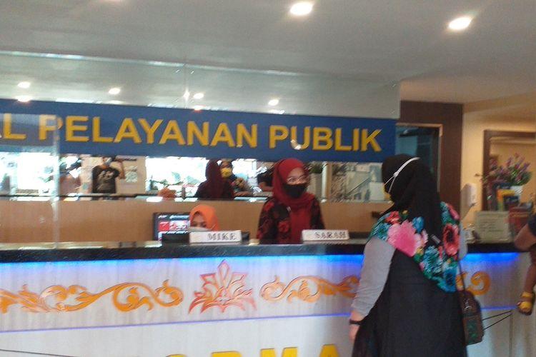 Warga terlanjur datang untuk melakukan pengurusan di Kantor MPP Pekanbaru yang tutup pelayanan akibat jaringan Telkomsel belum normal, Kamis (13/8/2020).