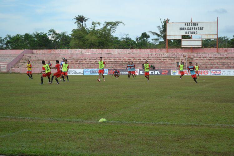 Para pemain Persibat Batang saat latihan di Stadiun M Sarengat Batang jelang pertandingan melawan Persip Pekalongan, Rabu (26/4/2017) sore kemarin.