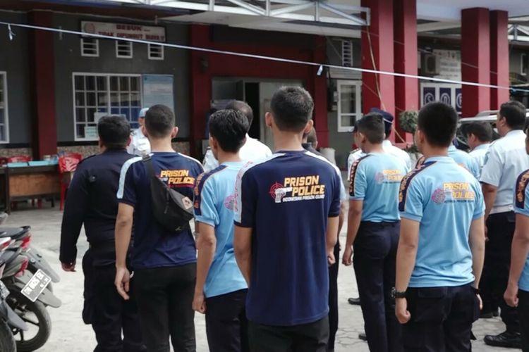 Kepala Rutan Kelas IIA Palu tengah memimpin apel pagi bersama petugas. Selasa, (9/10/2018).