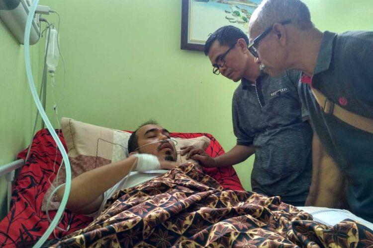 Foto Dok IJTI Aceh -  Ketua IJTI Aceh Munir Noer dan Kabid Advokasi AJI Banda Aceh Juli Amin membesuk Teuku Dedi Iskandar, wartawan Antara Biro Aceh saat dirawat di RSUD Cut Nyak Dhien Meulaboh, Rabu (22/01/2020)