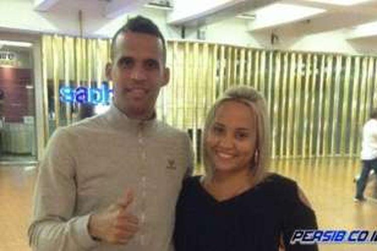 Striker anyar Persib Bandung asal Brasil, Aron da Silva bersama istrinya saat tiba di bandara internasional Soekarno-Hatta, Jakarta, Senin (25/1/2016).
