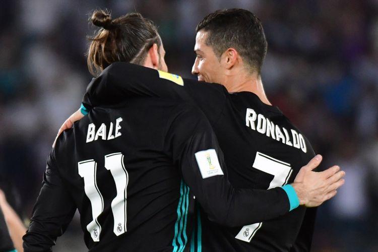 Gareth Bale (kiri) dan Cristiano Ronaldo merayakan gol Real Madrid ke gawang Al Jazira pada partai semifinal Piala Dunia Antarklub di Stadion Zayed Sports City, Abu Dhabi, Kamis (14/12/2017) dini hari WIB.