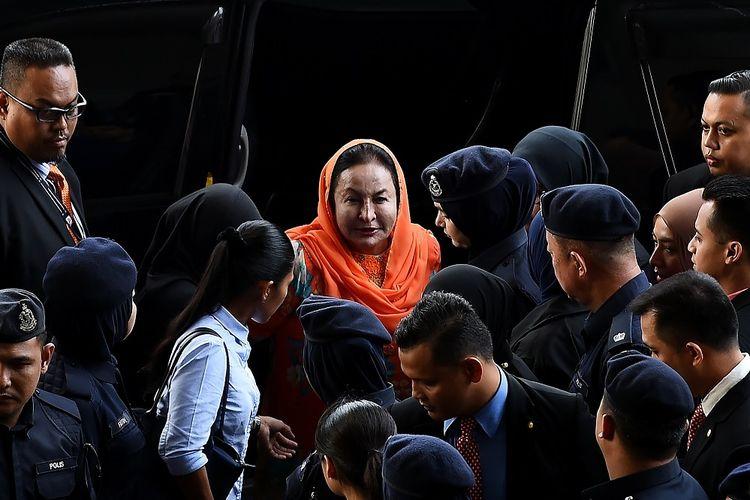 Istri mantan Perdana Menteri Malaysia Najib Razak, Rosmah Mansor (berkerudung oranye), tiba di gedung pengadilan Kuala Lumpur Kamis (4/10/2018).