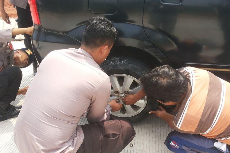 Seorang mobil pemudik asal Tangerang mengalami ban meletus di ruas tol fungsional Batang-Semarang, Selasa (12/6/2018).