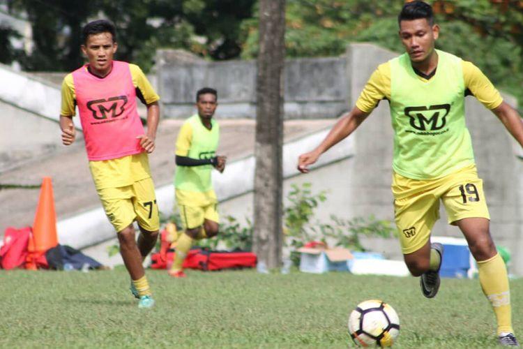 Pemain Semen Padang menggelar latihan jelang hadapi Persibat