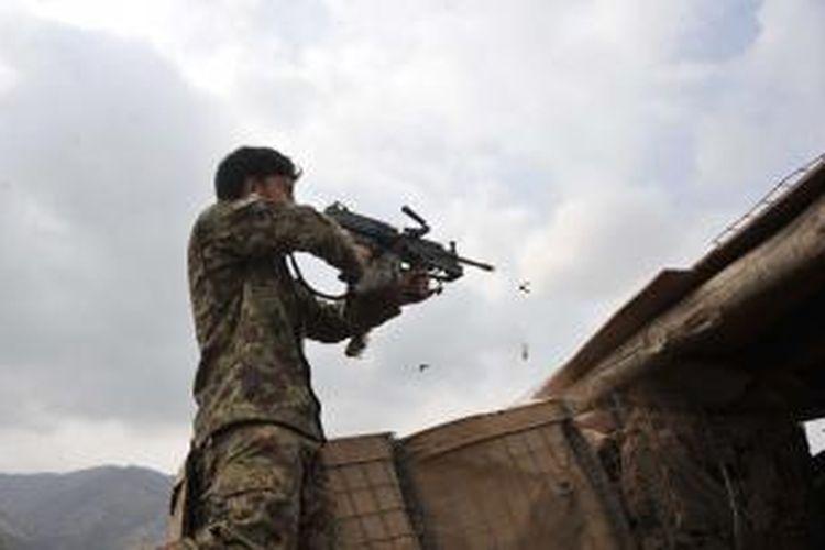 Seorang prajurit Afganistan membalas tembakan ke arah pasukan Taliban dalam sebuah operasi di distrik Dur Baba dekat perbatasan dengan Pakistan di provinsi Nangarhar.