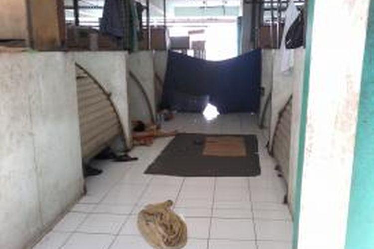 Kios-kios kosong di lantai 2, Blok G, Pasar Tanah Abang beralih fungsi sebagai kamar tidur. Pada malam hari, kios-kios tersebut lebih ramai dengan adanya penjaja seks komersial.