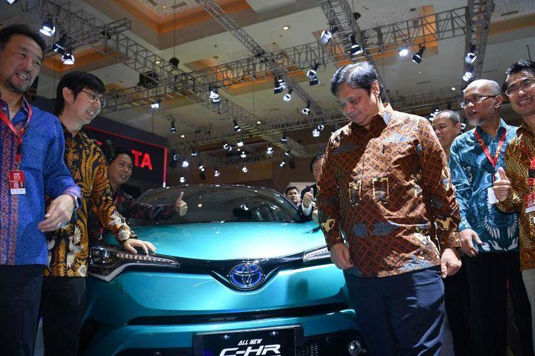Direksi Toyota Indonesia dan Menteri Perindustrian Airlangga Hartarto di depan C-HR Hybrid