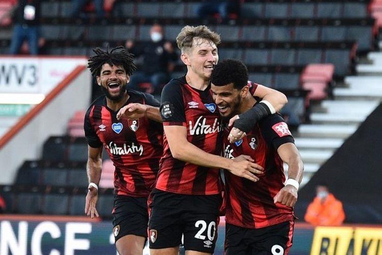 Dominic Solanke (kanan) merayakan golnya bersama David Brooks dalam laga Bournemouth vs Leicester City pada lanjutan pekan ke-35 Liga Inggris yang dilangsungkan di Stadion Vitality, Senin (13/7/2020) dini hari WIB.