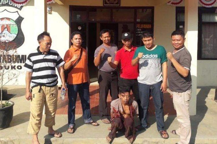 AND (jongkok) pelaku pemerkosaan ditangkap aparat Polsek Kotabumi Utara, Minggu (1/9/2019) sekitar pukul 05.00 WIB. AND yang baru empat hari keluar dari penjara ini ditangkap setelah memerkosa anak tirinya.