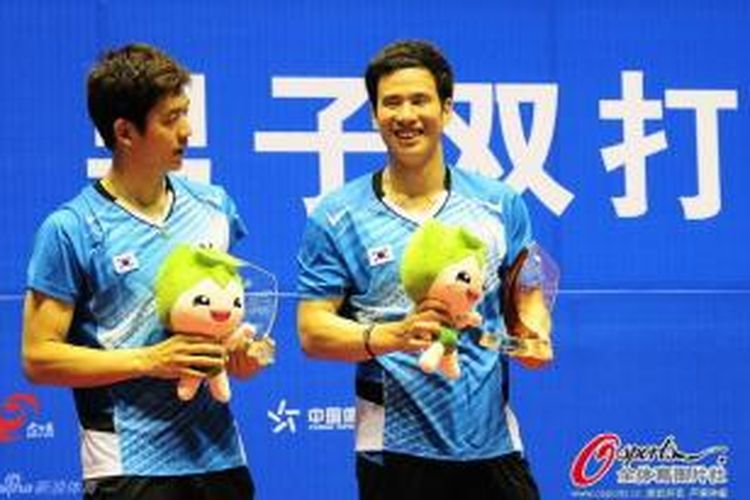 Ganda putra Korea, Ko Sung-hyun (kanan)/Lee Yong-dae, tersenyum saat menerima penghargaan juara Adidas China Masters Superseries 2013 di Changzhou, China, Minggu (15/9/2013).
